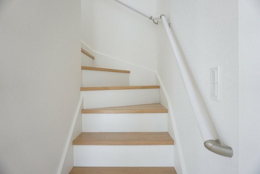 同仕様写真。踏み場の広い、手摺付き階段です。踏み場の広い階段は、高齢の方でも安心できますね^^