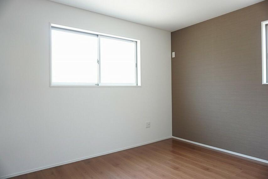 寝室 同仕様写真。2面採光を確保した明るい室内は、風通しも良く、大変居心地の良い空間となっております。爽やかな風を感じて起きる朝は、快適生活の始まりに。