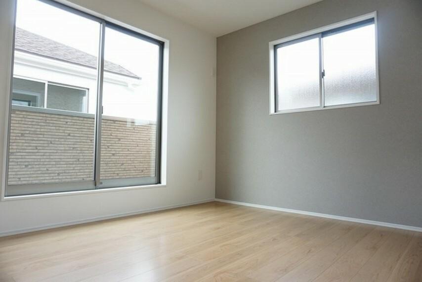 洋室 同仕様写真。寝室としても利用できる洋室はバルコニーがあり、日当たり良好です。温かい光の差し込むゆとりのある居室をぜひ現地にてご確認くださいませ。