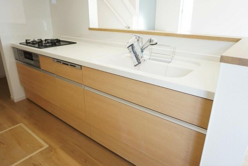 キッチン 同仕様写真。耐久性にも優れた人造大理石トップです。汚れもサッと拭き取ることができ、お掃除もラクラク^^