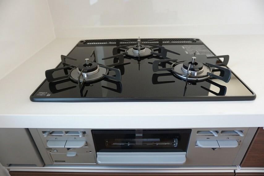 キッチン 同仕様写真。3口コンロなので、同時にたくさんの料理を調理できて時短にもなるので便利です。