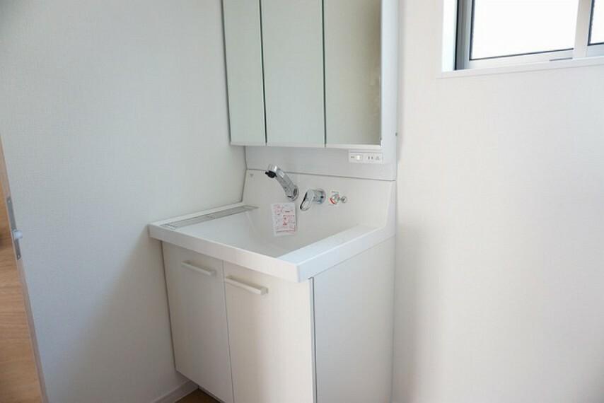 洗面化粧台 同仕様写真。水栓は、鏡面の下、洗面ボウルの上から水が出るので、水栓まわりに水がたまらないので、お手入れ簡単でキレイをずっとキープできます。