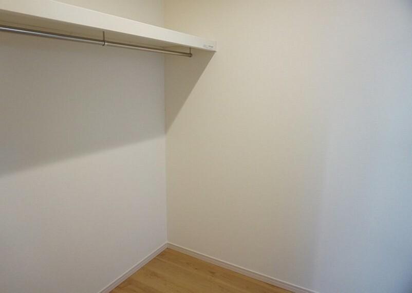 収納 同仕様写真。ウォークインクローゼット付きの洋室。スペースも広く、小物から趣味の物まで収納出来ます^^