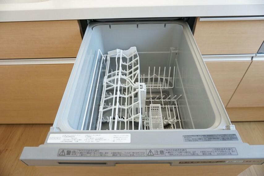 キッチン 同仕様写真。手洗いでは出来ない高温のお湯でしっかり洗浄することができ、雑菌が繁殖しにくいので安心です。