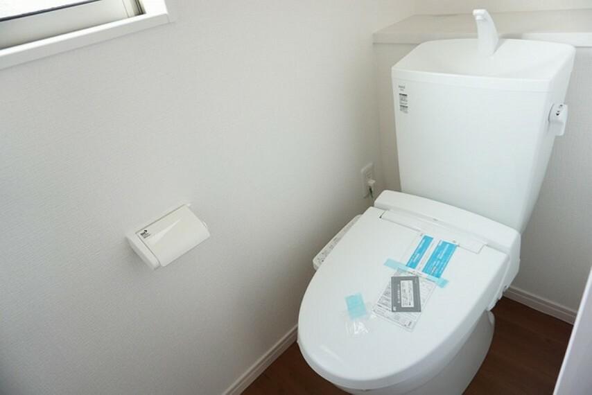 トイレ 同仕様写真。温水・暖房・ウォシュレット付の高機能トイレです。もちろん1階2階の2ヶ所にトイレがあるので、忙しい朝にもゆとりができますね。