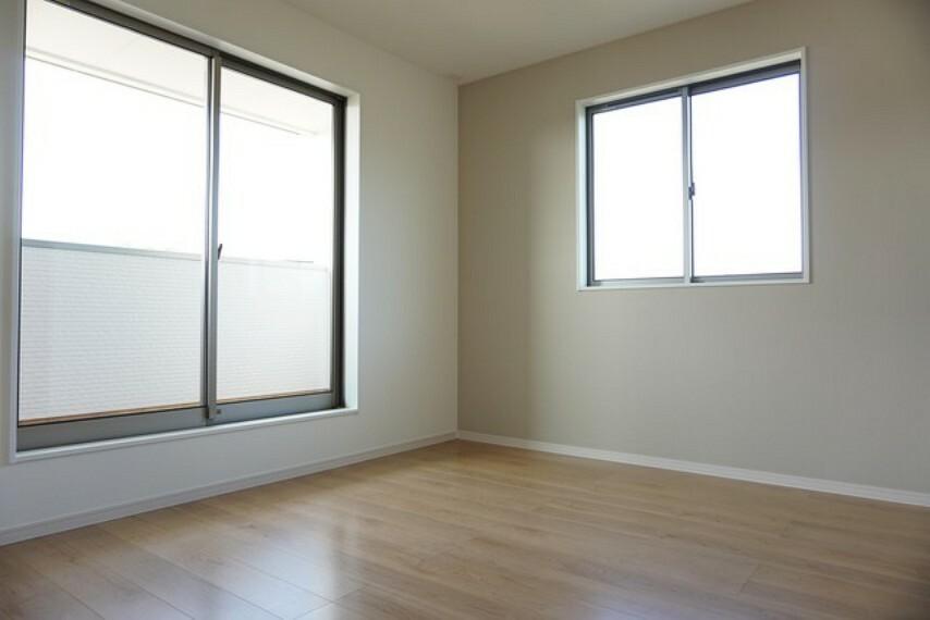 洋室 同仕様写真。2面採光を確保した明るい室内は、風通しも良く、大変居心地の良い空間となっております。