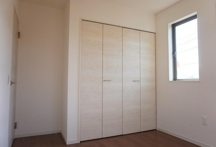 洋室 同仕様写真。全居室に収納完備。下段を引き出し収納にするなど、空いたスペースを有効活用すれば収納力がグッと高まりますね。