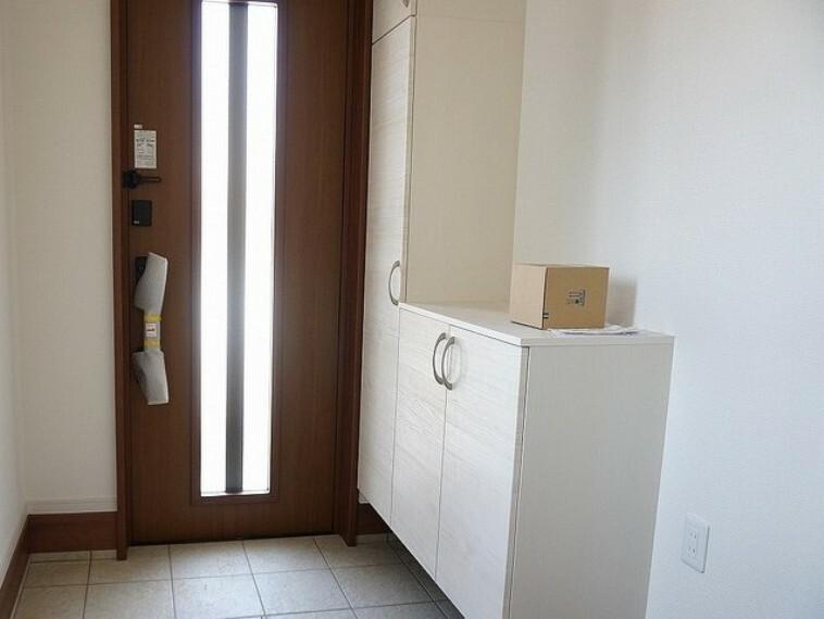 玄関 同仕様写真。玄関扉にはボタン一つで開け閉め楽々のタッチキー付き。荷物で手が塞がっていても鍵を探す必要がありません。