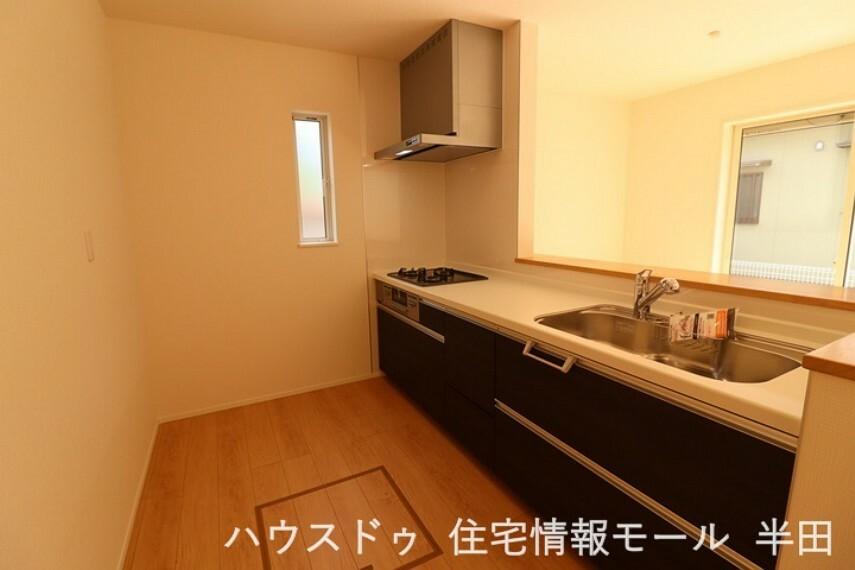 キッチン 対面式キッチンでご家族といつも一緒に 食品ストックや食器の収納に役立つ床下収納
