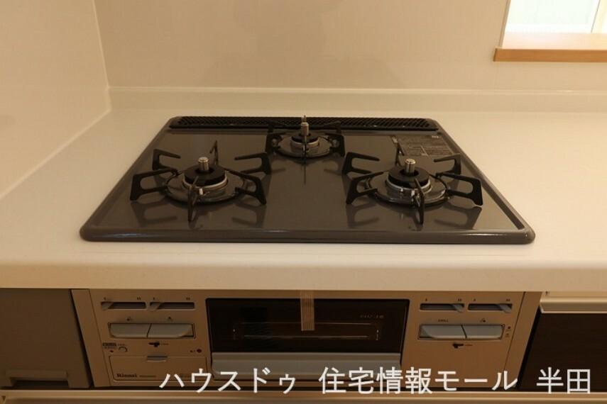 3口コンロが備わったキッチンです。