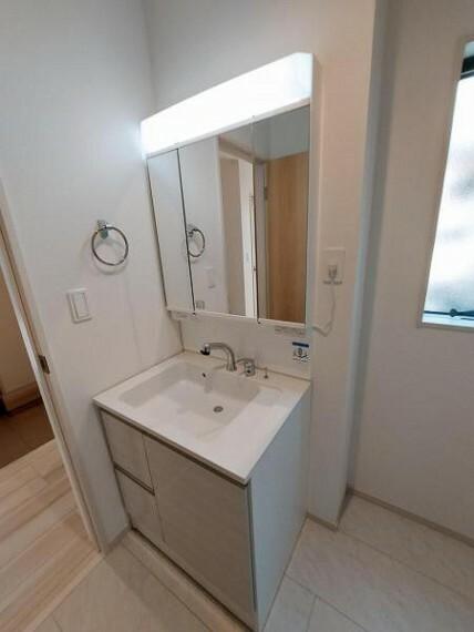洗面化粧台 三面鏡付きの洗面台。朝の身支度もはかどりますね