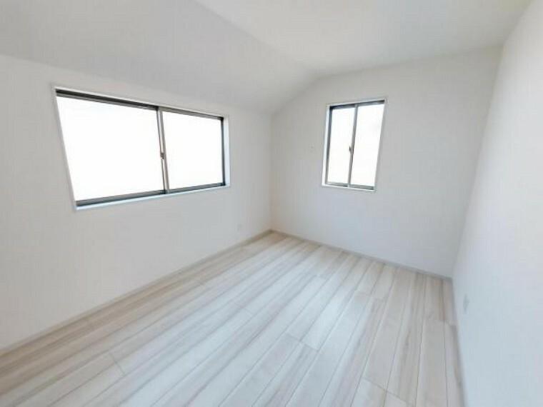 洋室 6帖の洋室。北側ながら2面の窓で明るさ確保。通風も良好!