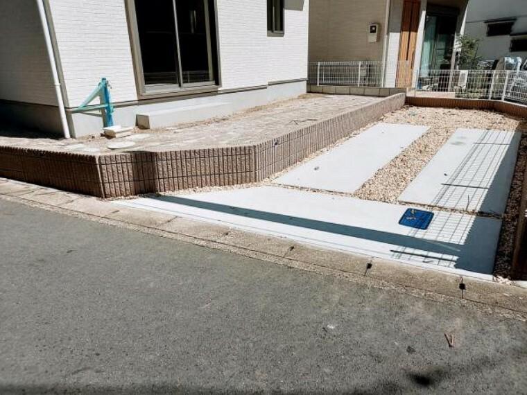 駐車場 駐車場の南側は隣地の通路。広く空いていていいですね。