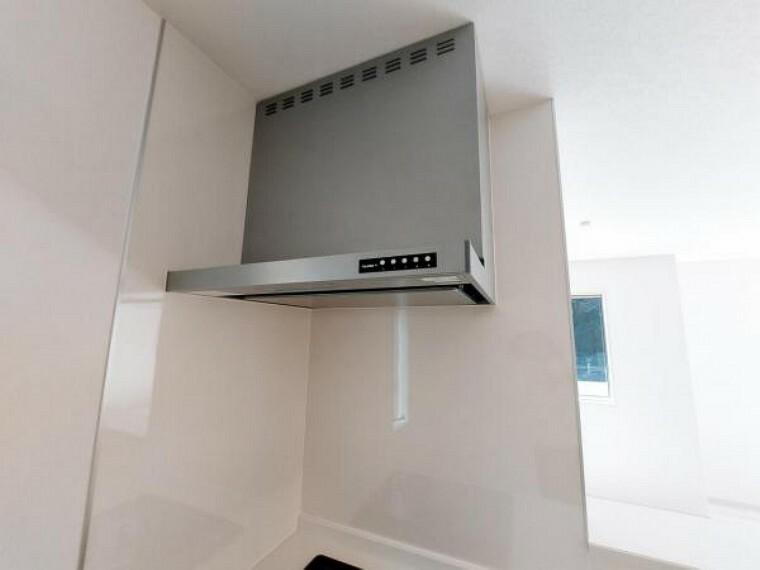 キッチン 換気扇は整流版タイプで見た目がすっきりしています
