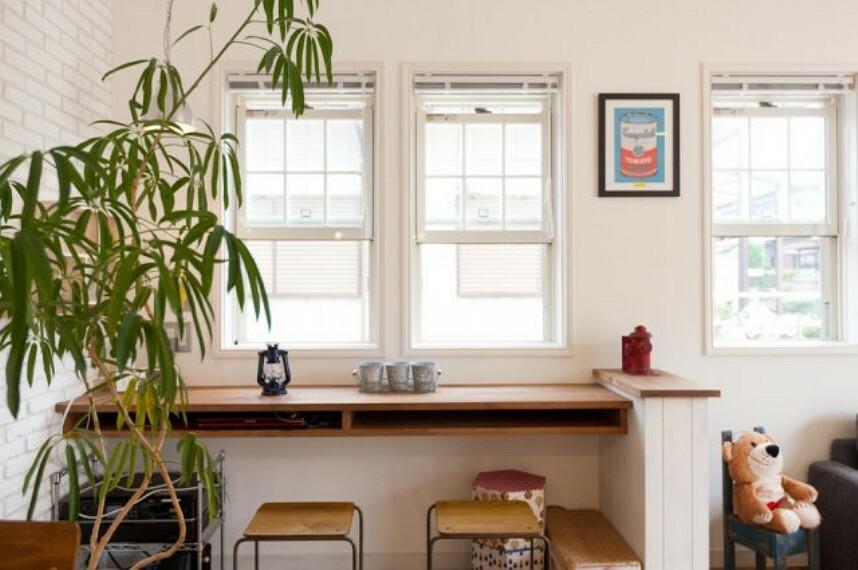 居間・リビング 施工例、カウンターがあればお洒落なカフェ風のリビングに変身