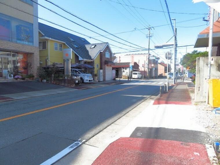 現況外観写真 物件の南西側に、「名南中学校北」交差点があります。歩道があるのでお子様の通学も安心ですね。 (2021年10月26日撮影)