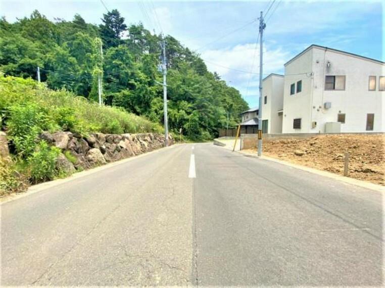 現況外観写真 (前面道路)6.9mの広々道路!運転が苦手な奥様も安心!
