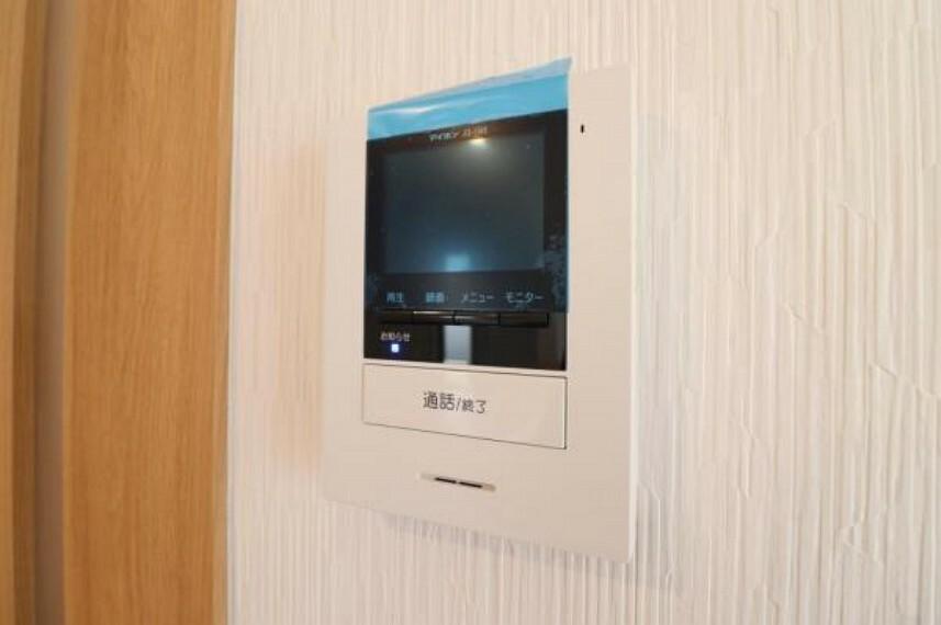 防犯設備 カラーモニター付インターホンで、来客者の顔を見ながら安心して対応できます。