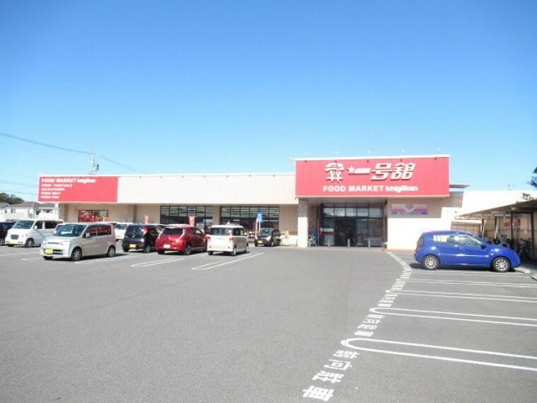 スーパー 【一号館 桑名駅西店】 営業時間 午前9時から深夜0時まで 火曜日は、お得にお買い物ができます。 駐車場も広くて停めやすいです。