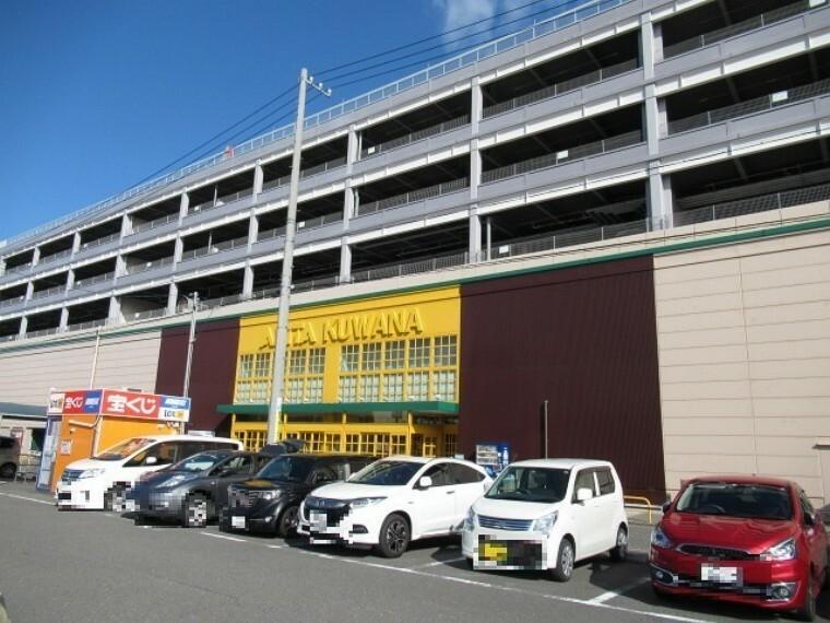 ショッピングセンター 【アピタ 桑名店】 営業時間 9:00~21:00 街中にあるのに駐車場が広く無料で利用できます。 毎週金曜日はカード会員の方5%OFFでお買い物ができるので、かしこくお買い物
