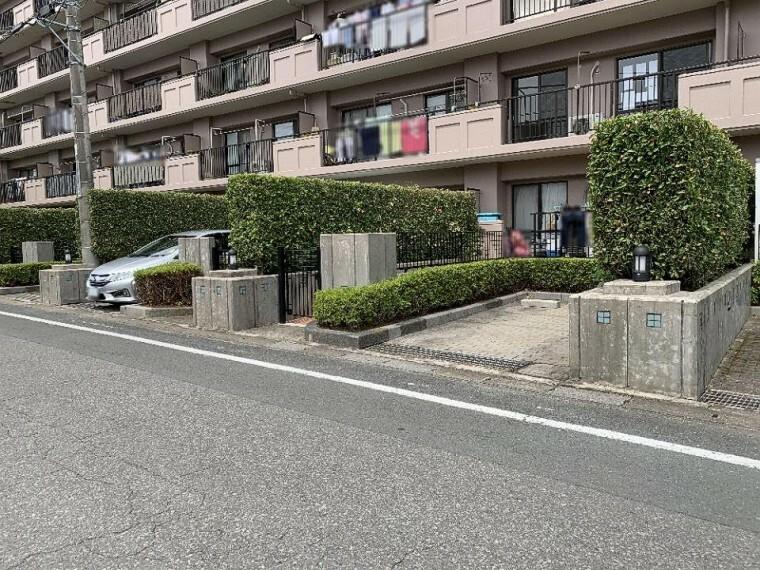 外観写真 宅配ボックスや防犯カメラ、来客用駐車場完備のマンションです