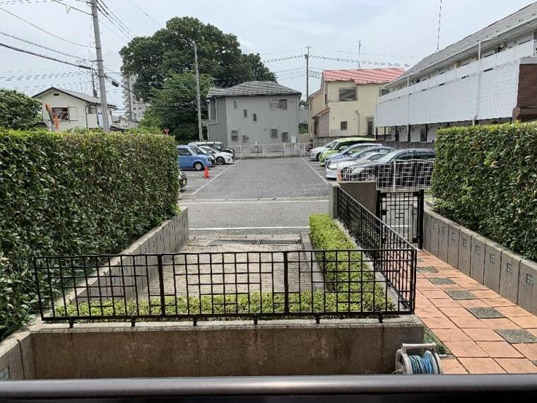 駐車場 専用カースペースはお庭からも出入り可能で便利です!