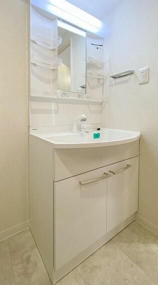 洗面化粧台 ハンドシャワー付きの洗面化粧台。朝の忙しい時間にも、手早く身支度を整えられそうです。