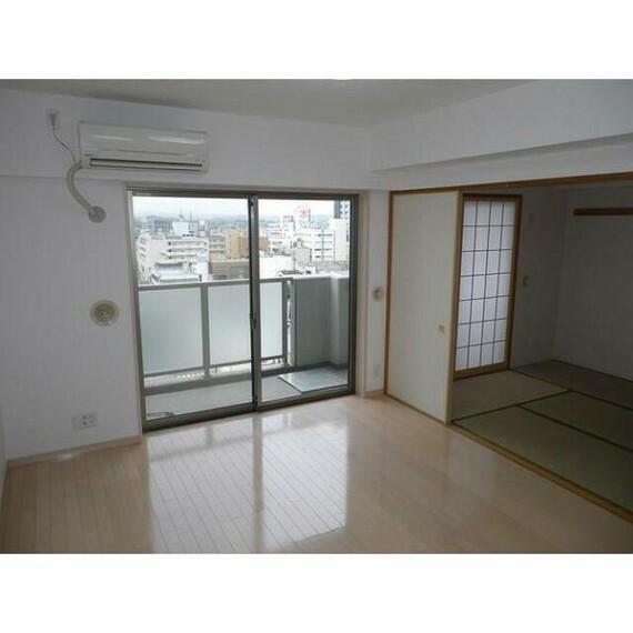 居間・リビング 窓や明るい色合いが良い雰囲気です