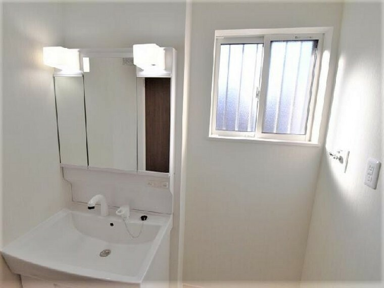 A号棟:洗面(同仕様施工例)・・・洗濯機を置いても余裕のある広々とした洗面室。たっぷりの収納棚を設置しています。バスタオルや着替えなど収納をするのにピッタリのスペースです。