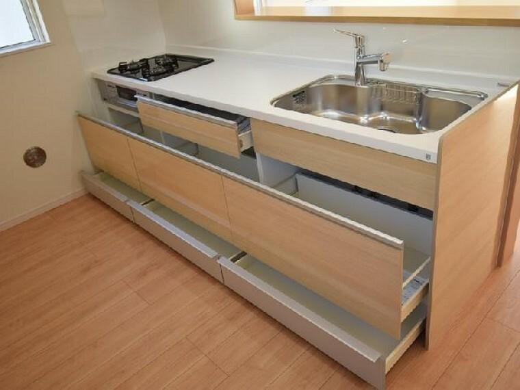 A号棟:キッチン(同仕様)・・・システムキッチンは収納量もたっぷり!引き出しはスローモーションレールになっているので、しまってある調味料のビンなどが倒れることも防いでくれます。