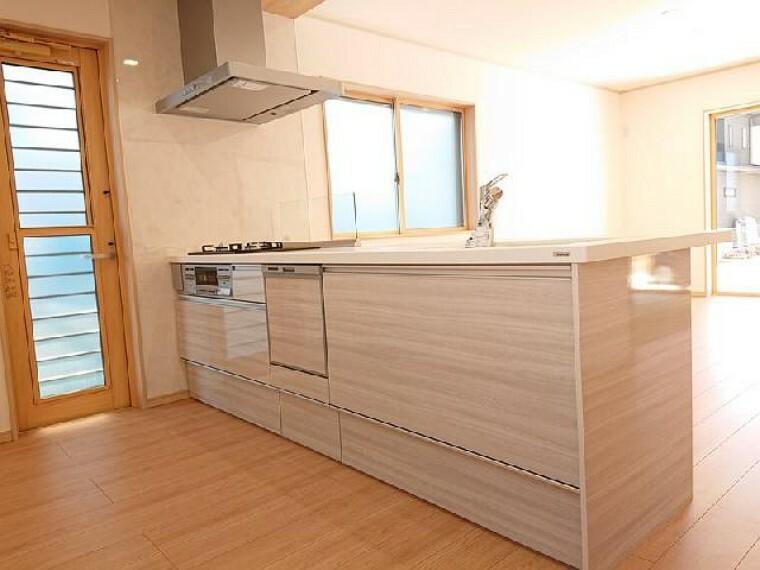 K号棟:キッチン・・・対面キッチンは家族との会話も弾み、楽しく家事ができます。