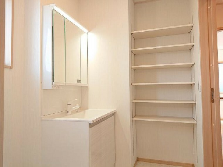 K号棟:洗面所・・・洗面所には物入れがあるのでストック類や家族の下着も収納出来て便利ですね。