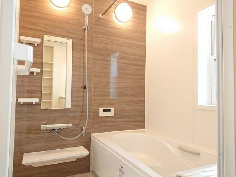 K号棟: 浴室・・・浴槽はベンチ型、節水タイプなのでお子さんとのお風呂時間も楽しめて、お財布にも優しいです。