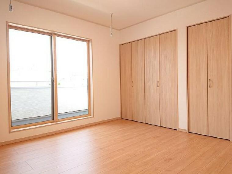 K号棟: 主寝室・・・寝室にはクローゼットが2つ、ご夫婦のお洋服がたっぷり入ります。