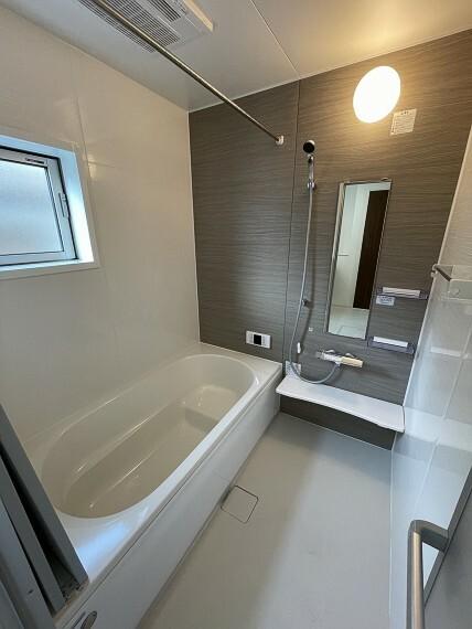 浴室 ゆったりと足を伸ばして入浴できるバスルームは小窓付きで換気も安心