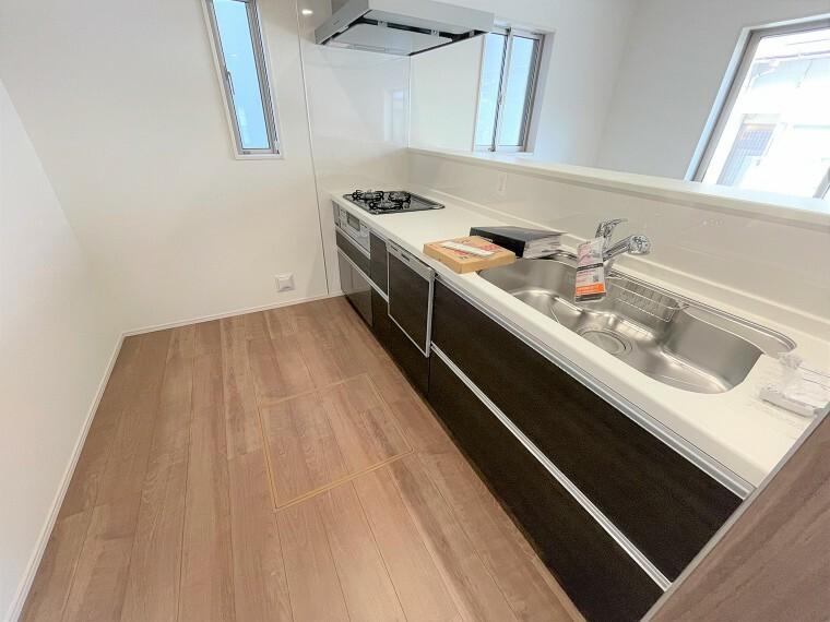 キッチン リビングを見渡せる対面キッチンはあると嬉しい食洗器標準装備です。