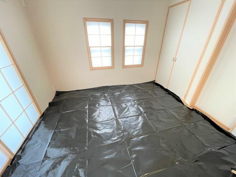 居間・リビング リビングに併設された和室はちょっとしたお昼寝や来客時にも便利です。