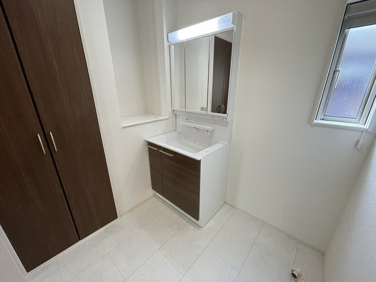 洗面化粧台 白とブラウンのコントラストがお洒落な洗面室。大きなお鏡で身支度もスムーズです。