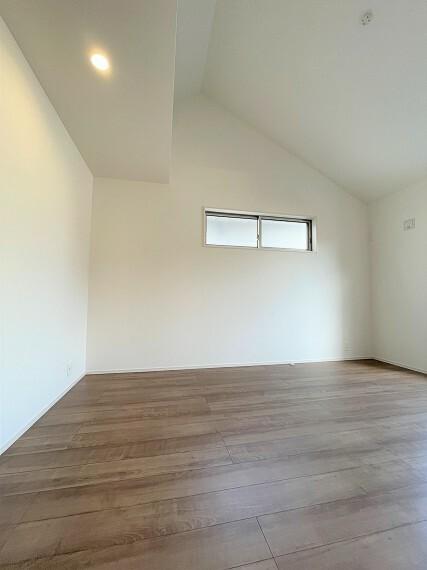 居間・リビング 勾配天井を採用し、開放感のある主寝室。