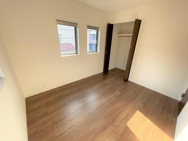 居間・リビング お洒落な小窓付きの2階居室。
