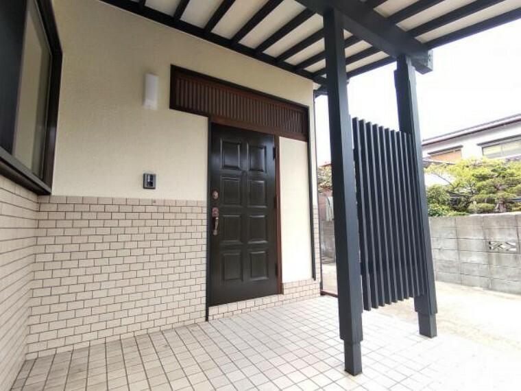 玄関 [リフォーム済]玄関は黒色に塗装しています。黒と白を基調としてたシンプルな玄関に仕上げました。