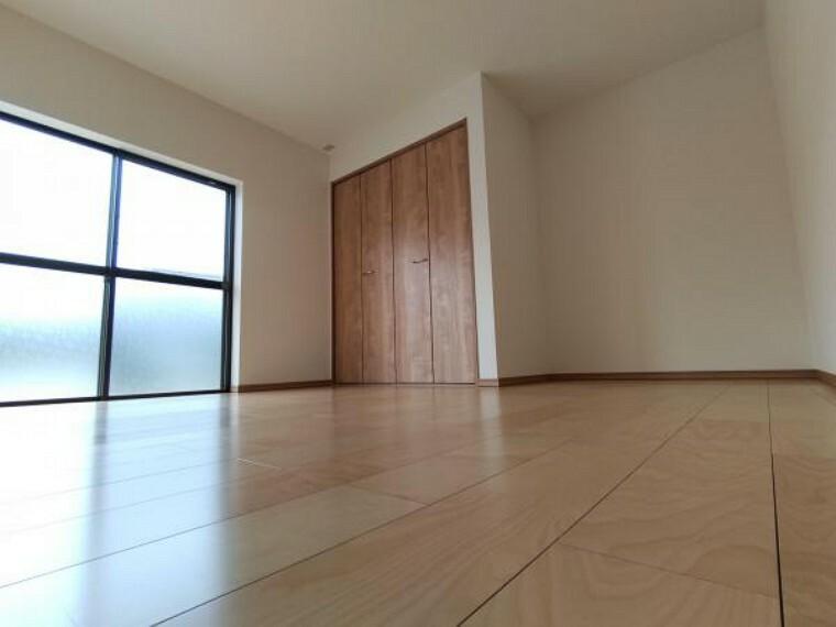 [リフォーム済]南西側の洋室です。クローゼットもあり収納力のある洋室です。