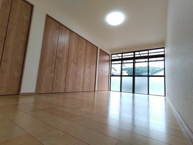 [リフォーム済]南東側の洋室です。3つのクローゼットがあり、収納力があるところが魅力的ですね。