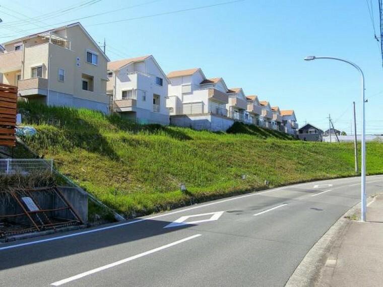 現況写真 こちらに建設予定です。 前道は広く、交通量は少なめです
