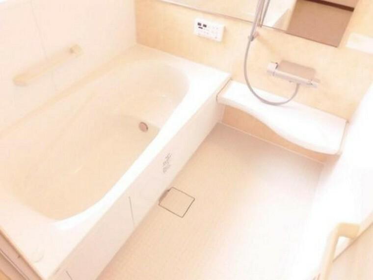 浴室 【同仕様写真】浴室はLIXIL製の新品のユニットバスに交換します。足を伸ばせる1坪サイズの広々とした浴槽で、1日の疲れをゆっくり癒すことができますよ。