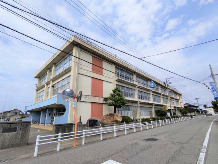 小学校 高岡市立太田小学校まで約100m(徒歩2分)小学校が近いので登下校の時間は安心ですね。