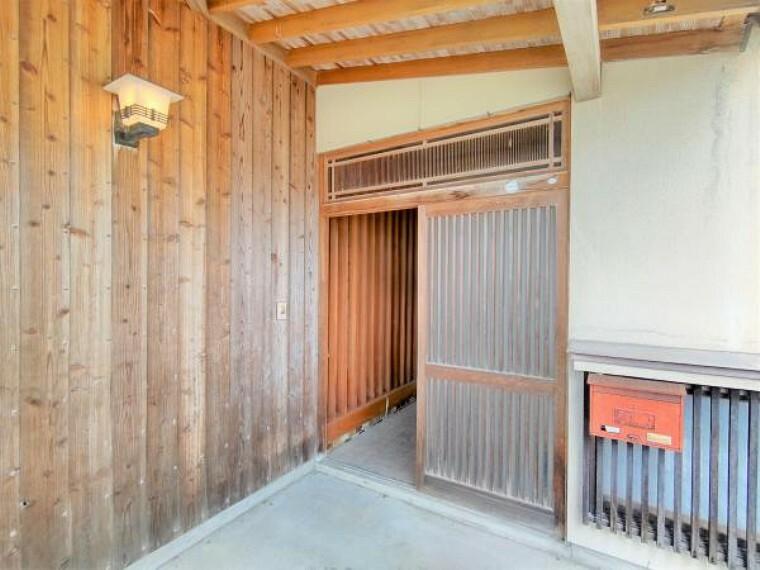 玄関 【リフォーム中】玄関ドアは新設します。玄関はお家の顔となる部分。お客様が最初に目にする場所だからこそ、第一印象が大切ですね。