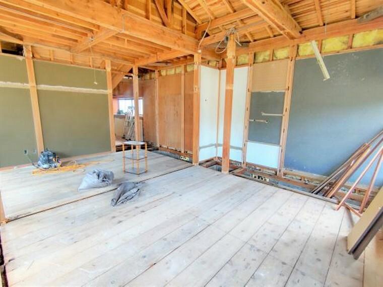 【リフォーム中】1階和室の続き間の別角度からの写真です。隣の和室とつなげてリビングにします。リビングの天井と壁はクロスを張り替え、床はフローリングで仕上げます。クローゼットを新設するので、物や人の集まるLDKの空間を広くスッキリと使っていただけますよ。