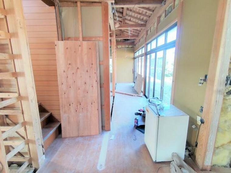 【リフォーム中】1階廊下の写真です。壁と天井のクロスの張替え、床はフローリングの重ね張りを行います。廊下の奥には建具を新設し、3帖のスペースを作ります天井と床はクロスの張替え、床はクッションフロアで仕上げますので、洗濯物を干すのにぴったりです。
