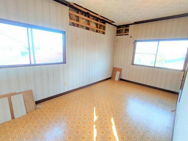 【リフォーム中】こちらは2階の洋室です。天井と壁はクロスの張替え、床はクッションフロアで仕上げます。二面採光の明るく風通しの良いお部屋です。お子さんの勉強部屋やお父さんの書斎にピッタリですね。